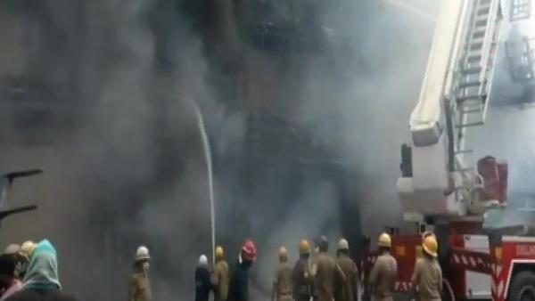 ये भी पढ़ें: दिल्ली के लाजपत नगर में कपड़े के शोरूम में भीषण आग, दमकल की 30 गाड़ियां मौके पर