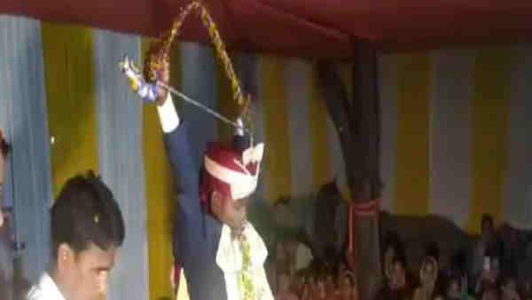 ये भी पढ़ें:- बिहारः युवक ने तोड़ा धनुष तो दुल्हन ने पहनाई वरमाला, स्वयंवर देखने के लिए लगी भीड़