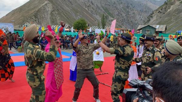 कश्मीर: LoC के पास बसे गांव में पहुंचे अक्षय कुमार, जवानों के साथ किया डांस