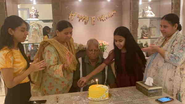 बिहारः केक काटकर लालू यादव ने मनाया 74वां जन्मदिन, बेटी मीसा भारती ने शेयर किया इमोशनल पोस्ट