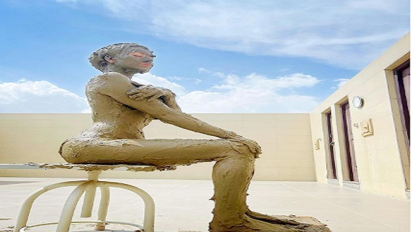 Urvashi Rautela: पूरी बॉडी पर मिट्टी लपेटकर धूप सेंकते उर्वशी रतौला ने शेयर की फोटो
