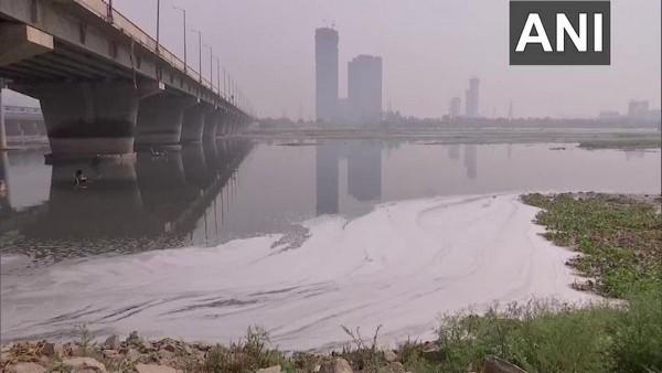 दिल्ली में यमुना नदी पर तैरते दिखे जहरीले झागों ने पर्यावरणविदों की बढ़ाई चिंता