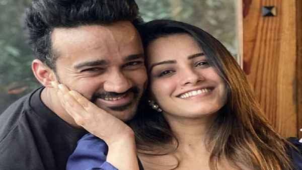 पति को थप्पड़ मारने वाली अनीता हसनंदानी ने अब रोहित को बताया बेकार और  unromantic | Anita Hassanandani now calls husband Rohit Reddy useless and  unromantic - Hindi Oneindia