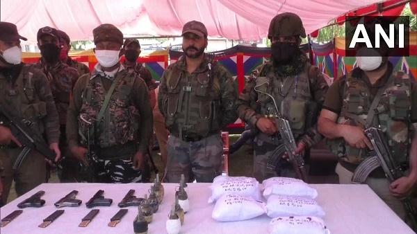 जम्मू कश्मीर: बारामूला में पकड़ा गया बड़ा आतंकी मॉड्यूल, भारी मात्रा में हथियारों समेत 12 लोग गिरफ्तार