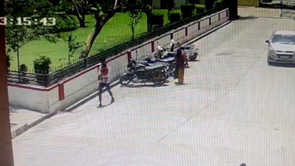 अजब-गजब चोर ! बीवी-बच्चे को साथ लेकर चोरी करता है बाइक, ताकि कोई शक ना करे, देखिए वीडियो