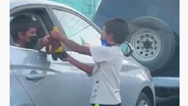 इसे भी पढ़ें-कार में बैठे बच्चे ने बेघर बच्चे को गिफ्ट की अपनी Toy car, वायरल हुआ दिल छू लेने वाला Video