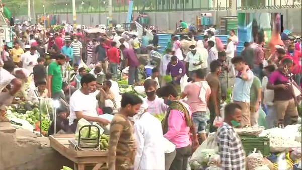 दिल्ली में बार-रेस्टोरेंट 50% क्षमता के साथ खुले, सब्जी मंडी में उमड़ी भारी भीड़ ने भंग की सोशल डिस्टेंसिंग