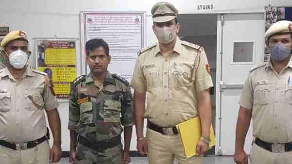 ये भी पढ़ें:- नकली वर्दी पहन खुद को बताता था आर्मी अफसर, पहले ISI ने हनी ट्रैप में फंसाया फिर पुलिस ने पकड़ा