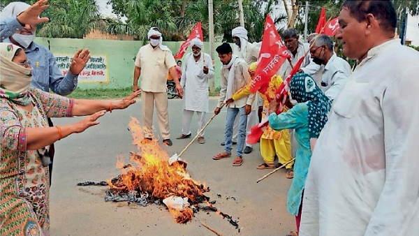 हरियाणा में किसानों ने कृषि मंत्री और विधायक को काले झंडे दिखाए, भिवानी पुलिस ने पकड़कर 2 घंटे बाद छोड़े
