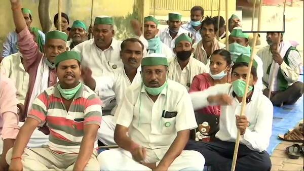 यूपी की राजधानी लखनऊ में विरोध-प्रदर्शन, किसान नेता राजेश चौहान बोले- देश में 1 साल से अघोषित इमरजेंसी लगी हुई है, गेहूं मंडियों में सड़ रहा है