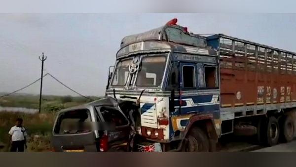 गुजरात में बड़ा हादसा: ट्रक-वैन की टक्कर, बच्चे समेत एक ही परिवार के 10 लोगों की जान गई