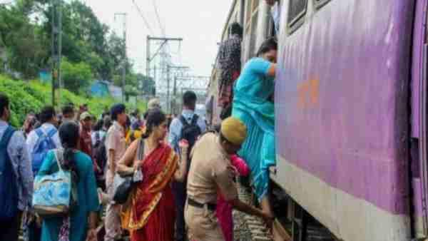 ये भी पढ़ें:- चलती ट्रेन के AC कोच में सांप देखकर अटक गईं यात्रियों की सांसें, जानिए फिर क्या हुआ?