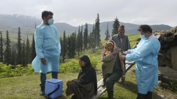 Fact Check: क्या बेघर और बिना पहचान पत्र वाले लोग टीकाकरण से हैं वंचित? सरकार ने दी सफाई