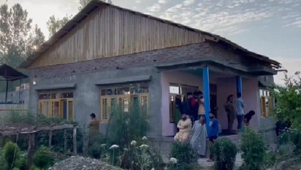 जम्मू कश्मीर: SPO फैयाज अहमद की बेटी की अस्पताल में मौत, बीती रात आतंकियों ने घर में घुसकर बरसाई थी गोलियां