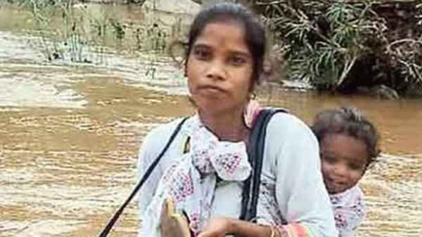 हेल्थ वर्कर के जज्बे ने जीता दिल, पीठ पर बच्चा और कंधे पर बैग रख नौकरी के लिए रोज पार करती है नदी