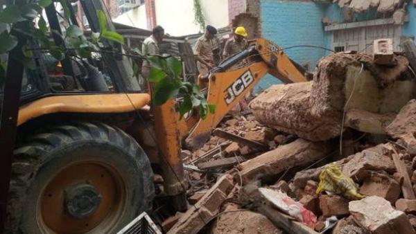 लखनऊ: दो मंजिला जर्जर इमारत धराशायी, मलबे में दबकर एक युवक की मौत