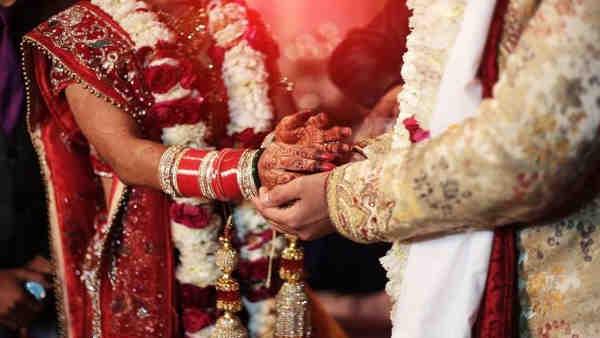 ये भी पढ़ें:- शादी के वक्त काले चश्मे पहने था दूल्हा, दुल्हन ने पढ़ाया अखबार, नहीं पढ़ सका तो...