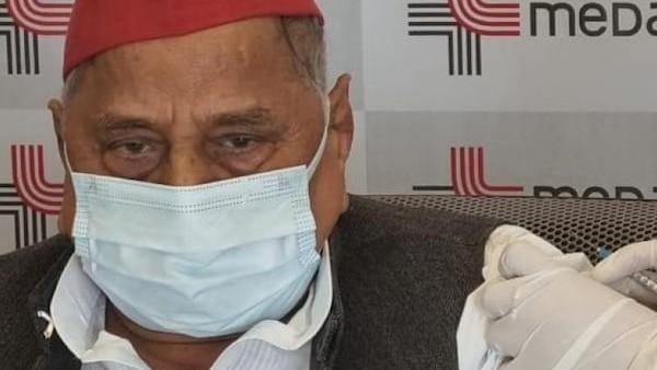 मुलायम सिंह ने मेदांता हॉस्पिटल में लगवाई कोरोना वैक्सीन की पहली डोज, अखिलेश ने किया था टीके का विरोध