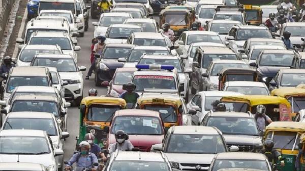 दिल्ली में पुरानी पेट्रोल और डीजल गाड़ी चलाने पर देना होगा 10 हजार रुपए जुर्माना