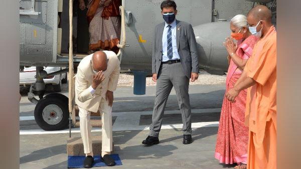 राष्ट्रपति राम नाथ कोविंद अपनी जन्मभूमि पर पहुंचकर हुए भावुक, माथे से लगाई मिट्टी