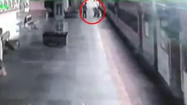 RPF जवान बना मसीहा! चलती ट्रेन में चढ़ने की कोशिश में नीचे गिर गया था शख्स, ऐसे बचाई जान