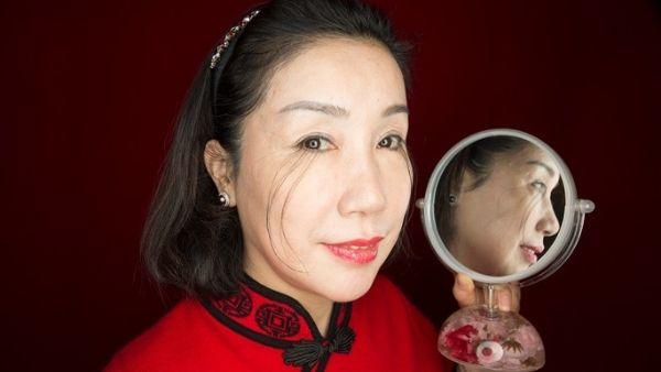 महिला को मिला 'बुद्ध का वरदान', पलकों के बाल बढ़ाकर बनाया वर्ल्ड रिकॉर्ड