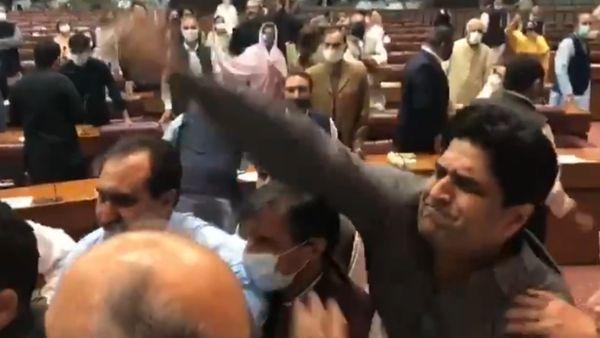 Watch: पाकिस्तान की संसद बनी मछली बाजार, सांसदों ने जमकर की गाली-गलौच, हाथापाई की नौबत