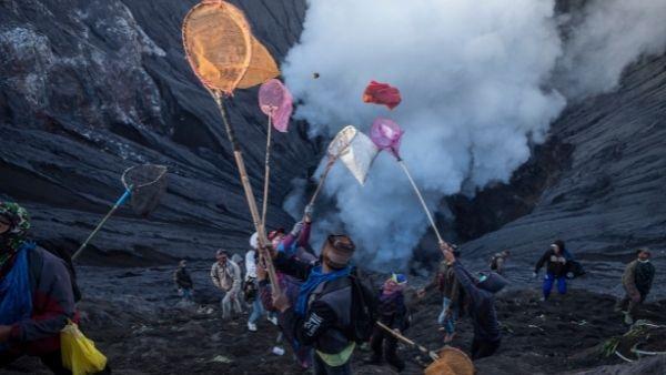 इंडोनेशिया में ज्वालामुखी पर भगवान गणेश की पूजा करने उमड़े श्रद्धालु, जानिए कौन हैं वो हिंदू आदिवासी?