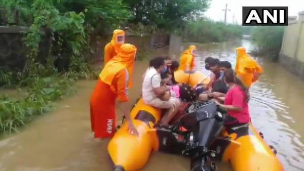 महाराष्ट्र के भिवंडी में भारी बारिश के बाद घर डूबे, एक महिला की मौत