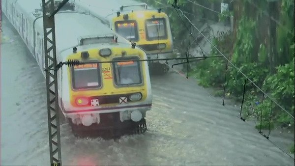 यह पढ़ें: Mumbai Rains: पानी-पानी मुंबई, रेलवे ट्रैक पर भरा पानी, बसों के भी बदले रूट, Alert जारी