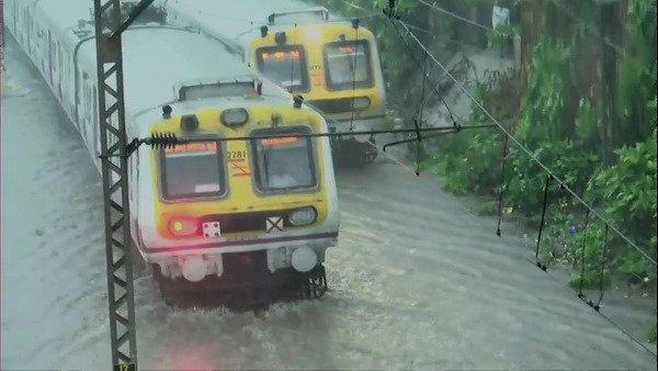 यह पढ़ें:Red Alert in Mumbai: भारी बारिश के कारण कई लोकल ट्रेनें रद्द, कई राज्यों में बरसेंगे बादल