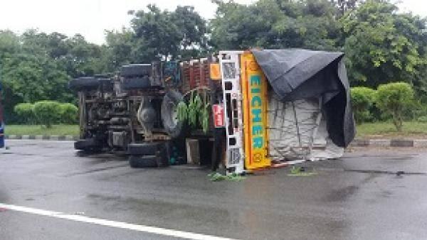 लखनऊ में भीषण सड़क हादसा, ट्रक के नीचे दबकर वैन सवार 5 लोगों की दर्दनाक मौत