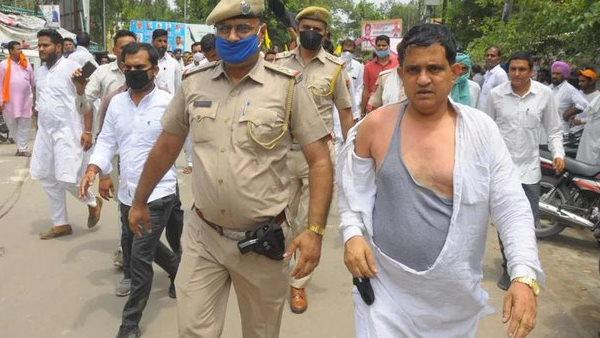 राजस्थान: श्रीगंगानगर में BJP नेता कैलाश मेघवाल के किसानों ने फाड़े कपड़े, पुलिस ने किया लाठी चार्ज