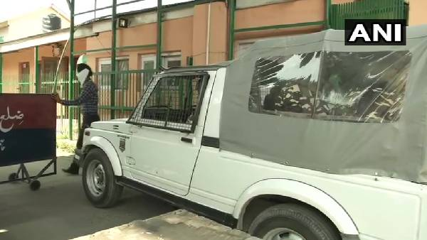 ये भी पढ़ें: जम्मू-कश्मीर में भारत के सबसे बड़े गन लाइसेंस रैकेट का खुलासा, 22 ठिकानों पर CBI की छापेमारी