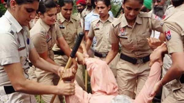 FACT CHECK: क्या किसान आंदोलन में बूढ़ी औरत से पुलिस ने किया अमानवीय व्यवहार? जानिए सच