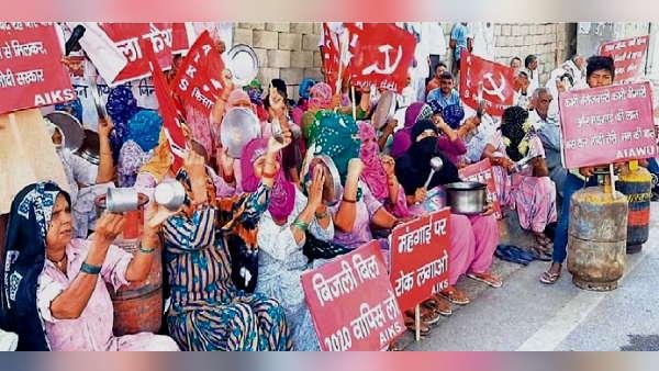 किसानों का महंगाई को लेकर प्रदर्शन, BJP प्रदेशाध्यक्ष का रास्ता रोक रस्सों से खींचे ट्रैक्टर, बर्तन भी बजाए
