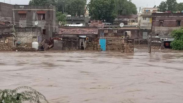 ये भी पढ़ें: गुजरात में भारी बारिश: बादल फटने से तबाही, 197 तहसीलों में भयंकर वर्षा हुई, गांव जलमग्न, पुल टूटे