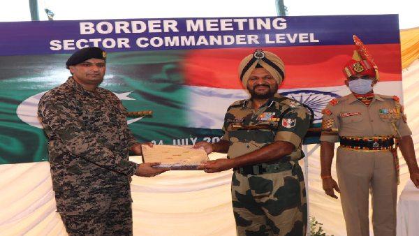 ये भी पढ़ें: युद्धविराम समझौते के बाद पहली बार सेक्टर कमांडर लेवल की मीटिंग, BSF ने ड्रोन गतिविधियों पर जताया विरोध
