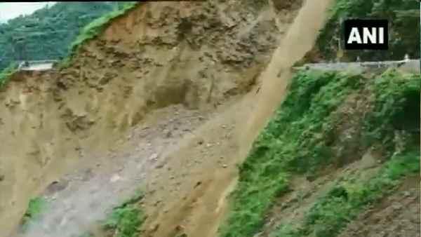 VIDEO: हिमाचल प्रदेश में हाइवे के साथ टूटकर गिरा पहाड़, ऐसा खौफनाक मंजर नहीं देखा होगा