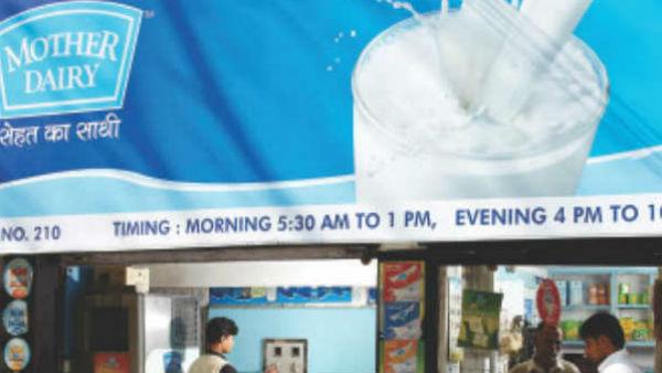 जनता पर बैक टू बैक महंगाई की मार, अमूल के बाद अब मदर डेयरी ने 2 रुपये बढ़ाए दूध के दाम