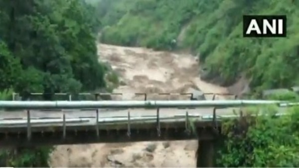 हिमाचल प्रदेश: भारी बारिश के बाद कांगड़ा में हुए भूस्खलन में बहे 6 घर