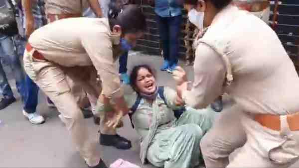 ये भी पढ़ें:- 69 हजार शिक्षक भर्ती मामला: रोते-बिलखते अभ्यर्थियों ने घेरा सीएम आवास, पुलिस ने खदेड़ा