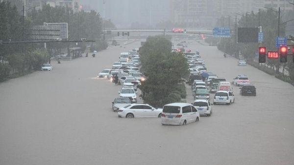 भीषण बाढ़ ने तोड़ी ड्रैगन की कमर, ताश के पत्तों की तरह बह रहे हैं घर, चीन पर सदी का सबसे बड़ा कहर