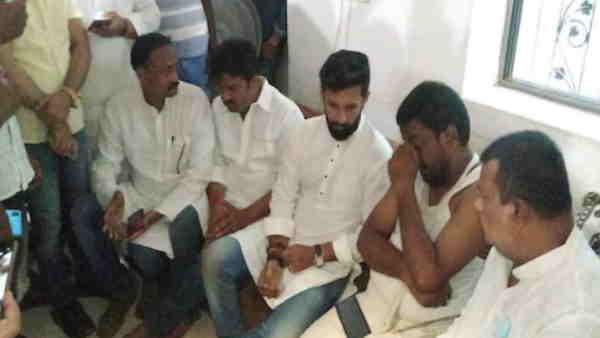 कटिहारः दिवंगत मेयर शिवराज पासवान के घर पहुंचे चिराग और प्रिंस राज, कहा- सरकार पूरी तरह एक समाज विरोधी है