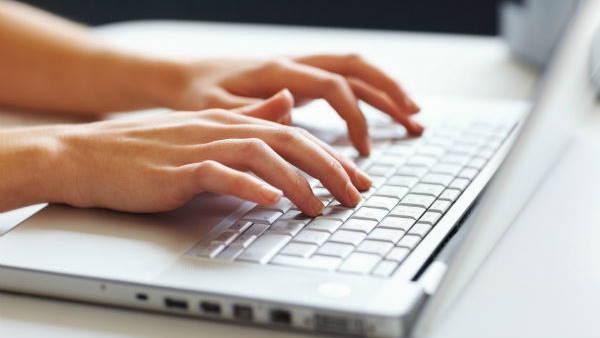 कोरोनाकाल में ऑनलाइन पढ़ाई के लिए सरकार दे रही है लैपटॉप?