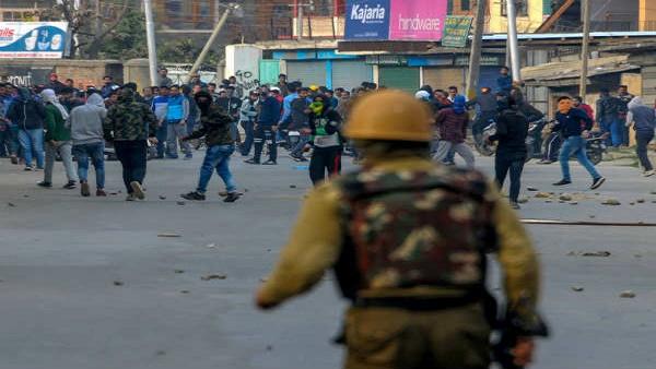 यह पढ़ें: जम्मू कश्मीर में पत्थरबाजों नहीं मिलेगी सरकारी नौकरी और सरकारी सुविधाएं, CID ने जारी किया फरमान