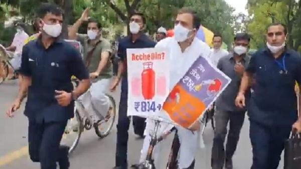 विपक्षी नेताओं के साथ राहुल गांधी का 'हल्ला बोल', ईंधन की कीमतों के खिलाफ साइकिल चलाकर पहुंचे संसद