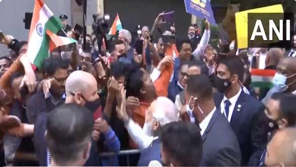 न्यूयार्क: पीएम मोदी भारत के लिए रवाना, वतन वापसी के पहले होटल के बाहर लोगों से की मुलाकात