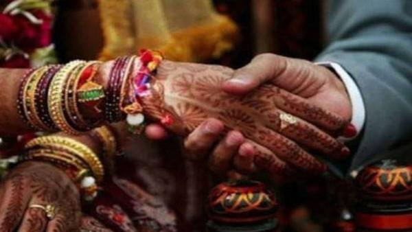 त्रिकोणीय प्यार: एक ही लड़के से शादी करना चाहती थीं दोनों लड़कियां, पंचायत ने सिक्का उछालकर किया ये फैसला