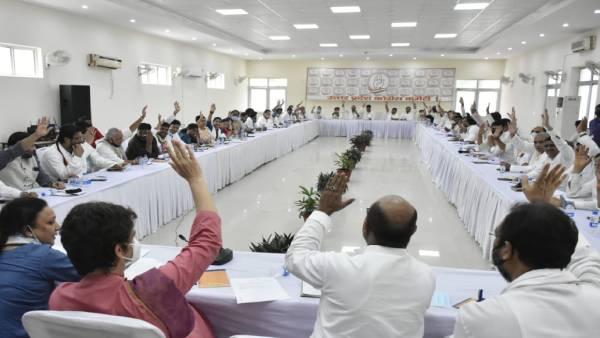 लल्लू V/s प्रमोद तिवारी: प्रियंका गांधी के साथ बैठक में सीएम फेस प्रोजेक्ट करने को लेकर तनातनी